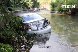 Xe ô tô chở 3 người lao xuống vực, chồng chết, vợ con may mắn thoát nạn