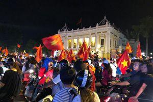 Nhà hát Lớn - Hà Nội kẹt cứng giữa rừng cờ cổ động viên mừng chiến thắng