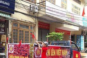 CĐV dán băng rôn khẩu hiệu lên 'siêu xe' để 'tiếp lửa' đội tuyển Việt Nam