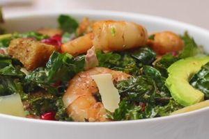 Clip: Trổ tài làm salad cải Kale tôm nướng ngon không kém nhà hàng