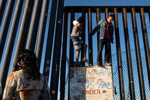 Người di cư trèo hàng rào biên giới ở phía Nam Hoa Kỳ