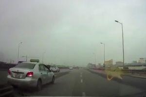 Pha lùi ô tô trên đường vành đai 3 gây kinh hãi