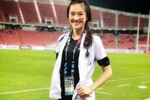 Nữ bác sỹ Thái Lan gây sốt tại AFF Cup vì quá xinh đẹp, duyên dáng!