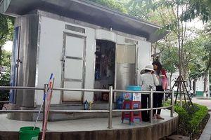 Hành động oái ăm của nam thanh niên ở cửa nhà vệ sinh công cộng