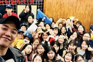 Ơn giời sau 1 năm xâm nhập thị trường ẩm thực Việt Nam, 'ông chủ' Seungri cũng chịu đến gặp fan