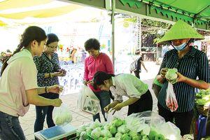 Mua nông sản sạch ở chợ phiên cuối tuần