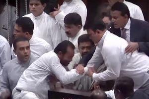 Nghị sỹ Sri Lanka 'xâu xé' nhau ở Quốc hội giữa bất ổn chính trị