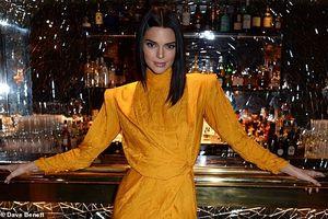 Nàng mẫu Kendall Jenner diện váy vàng nổi bật với đôi chân dài gợi cảm