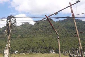 Xe tải tông gãy trụ đường dây 35 kV, huyện Mường Lát mất điện