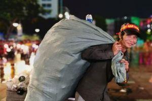 Kiếm tiền triệu nhờ nhặt ve chai sau trận Việt Nam - Malaysia