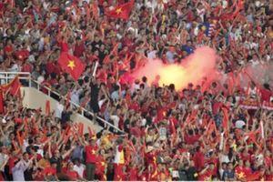 Việt Nam đối diện án phạt CỰC NẶNG vì khán giả đốt pháo sáng