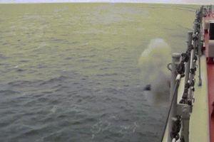 Tuần dương hạm mạnh nhất thế giới phóng tên lửa luồn dưới nước chui lên