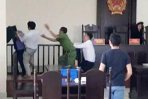 Đề nghị truy tố 2 bị can tấn công kiểm sát viên, công an, phóng viên tại tòa án