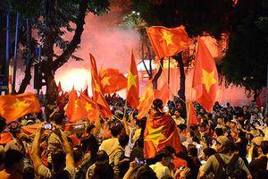 CĐV Việt Nam đổ về hồ Gươm ăn mừng chiến thắng Malaysia
