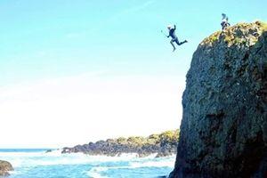 Nhảy từ vách núi cao hơn 9m xuống Đại Tây Dương