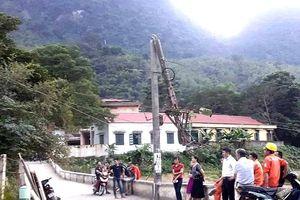 Thanh Hóa: Lùi ô tô làm gãy cột, cả huyện biên giới mất điện
