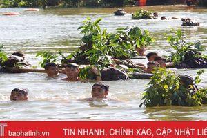 Xem chiến sỹ Tiểu đoàn Bộ binh 2 diễn tập vượt sông