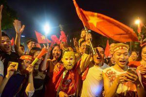 Việt Nam 2-0 Malaysia: Cổ động viên hóa trang thành Tôn ngộ không ăn mừng chiến thắng