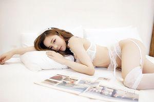 Vừa cởi đồ cổ vũ ĐTVN, hot girl ngủ gật lộ ảnh 'độc' gây bão mạng xã hội