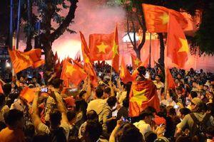 Hàng triệu cổ động viên ùa ra đường ăn mừng chiến thắng của đội tuyển Việt Nam trước Malaysia
