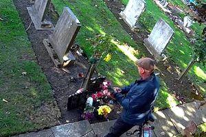 Thấy hoa ở nghĩa trang 'không cánh mà bay', gia đình lắp camera theo dõi và sự thật bất ngờ