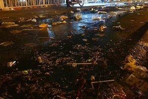 Quảng trường SVĐ Mỹ Đình ngập rác sau trận đấu với Malaysia