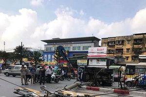 Hà Nội: Một ô tô húc đổ cột đèn rồi lật ngang giữa đường