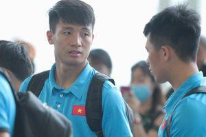 Chuyến bay của tuyển Việt Nam bị delay, Trọng 'Ỉn' ân cần nhắc Tiến Dũng nhớ giữ passport cẩn thận!