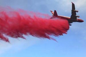 Máy bay Boeing 747 chữa cháy rừng khủng khiếp ở California