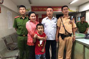 Chiến sĩ CSGT tìm thấy bé trai 7 tuổi lạc mẹ giữa 'cơn bão' sau trận thắng của Việt Nam trước Malaysia
