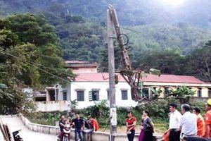 Hai huyện miền núi Thanh Hóa mất điện do ô tô kéo gãy cột điện