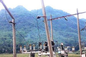Ô tô kéo gãy cột điện, cả huyện mất điện