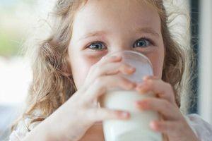Uống sữa lạnh là tác nhân gây viêm họng, đau bụng cho trẻ?