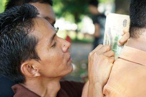 Người dân Myanmar đội nắng mua vé xem trận gặp tuyển Việt Nam