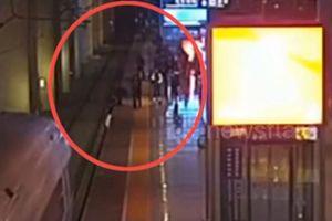 Nhảy xuống đường ray để dọa bạn trai, cô gái Trung Quốc suýt gặp nạn