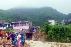 Khánh Hòa: Sạt lở đất đá, sập nhà, nhiều người thương vong, đường sắt 'tê liệt'