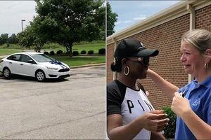 Cô giáo bật khóc khi được phụ huynh tặng ôtô để có xe đi làm