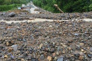 Chùm ảnh tài xế, du khách vật vã dưới cơn mưa ở Khánh Hòa