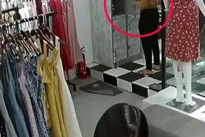 Clip: 'Nữ quái' vờ mua rồi mở tủ cuỗm túi xách tại cửa hàng quần áo
