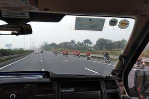 Nhóm 'phượt' hàng chục xe máy phóng ào ào trên cao tốc