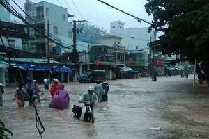 Hình ảnh người dân Ninh Thuận vật lộn trong nước lũ