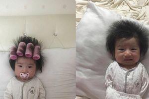 Chết cười quả tóc dựng ngược của em bé vừa cuốn lô vừa ngậm ti giả