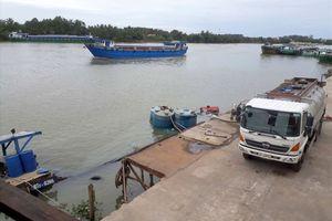 Hàng chục tấn hóa chất a-xít Clohydric chìm trên sông Đồng Nai