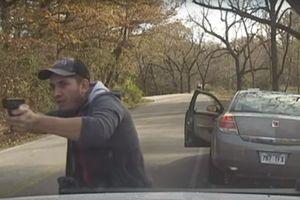 Bị nã đạn liên tiếp vào xe, trung sĩ cảnh sát thoát chết thần kỳ