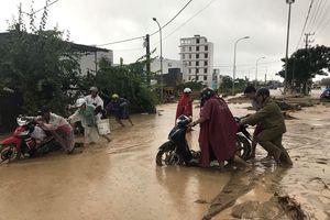 Đường Nha Trang đi sân bay Cam Ranh tê liệt do ngập nặng, sạt lở