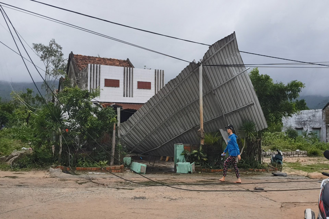 Lốc xoáy kinh hoàng, hơn 100 căn nhà bị tốc mái