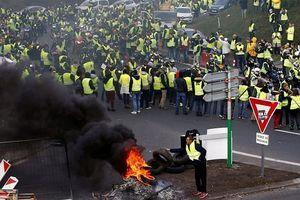 Pháp: Xô xát phản đối tăng giá nhiên liệu, hàng trăm người bị thương
