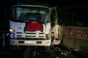 Xe khách đấu đầu xe tải, 6 người bị thương