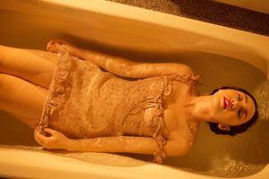 Quỳnh Kool 'Quỳnh búp bê' hững hờ trong bồn tắm