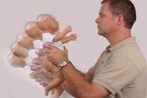 Bé sơ sinh tím tái tử vong sau khi massage, người mẹ gào khóc vì sai lầm 'ngớ ngẩn'